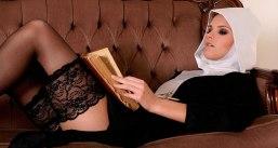 Monja en el sofa leyendo la biblia