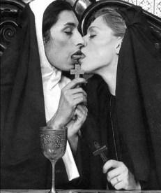 pope-kissing-nuns