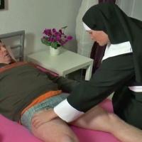 Monja con un parroquiano