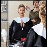 Monja en la peluquería