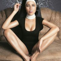 Monja sexi fumando